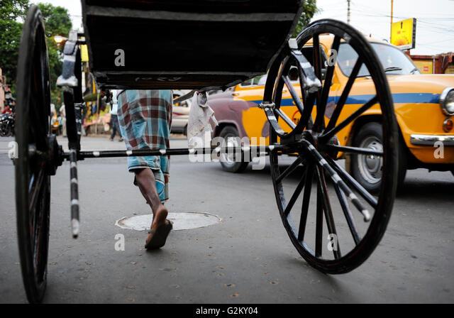 INDIA West Bengal, Kolkata, hand pulled rickshaw / INDIEN Westbengalen Kalkutta, Transportmittel handgezogene Rikscha - Stock-Bilder