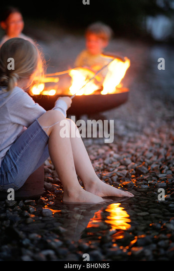 Children grilling at Lake Starnberg, Bavaria, Germany - Stock-Bilder