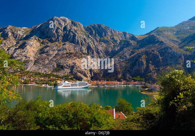 Cruise ship dwarfs the Old Town (Stari Grad), Kotor, Bay of Kotor, UNESCO World Heritage Site, Montenegro, Europe - Stock Image