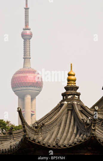China, Shanghai. Shanghai City God Temple with the Oriental Pearl Tower in background. - Stock-Bilder