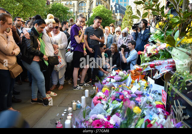 Manchester, UK. 23rd May, 2017. Emotional crowds gathered for a vigil in Manchester's Albert Square to pay their - Stock Image