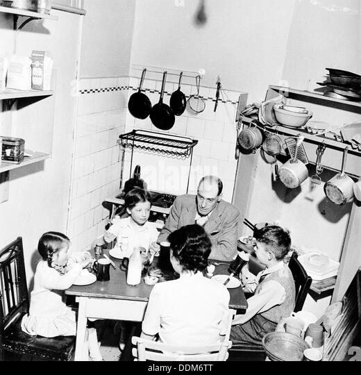 A family dining in their London home, c1950s. Artist: Henry Grant - Stock Image
