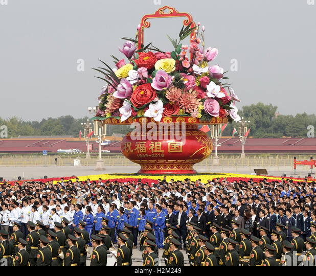 Beijing, China. 30th Sep, 2016. A ceremony is held to present flowers to the people's heroes at the Tian'anmen - Stock Image