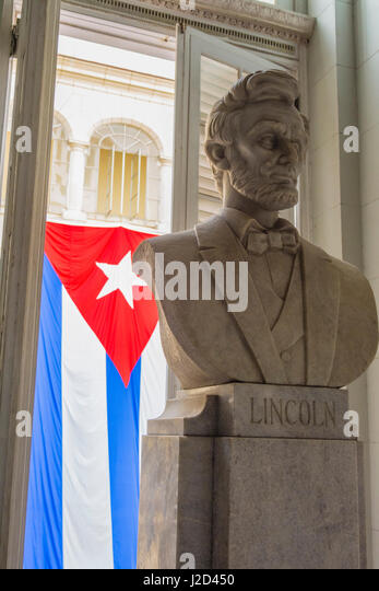 Cuba. Havana. Museum of the Revolution. Marble bust of Abraham Lincoln with the Cuban flag behind. - Stock Image