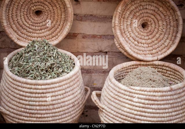 Dried leaves in baskets - Stock-Bilder