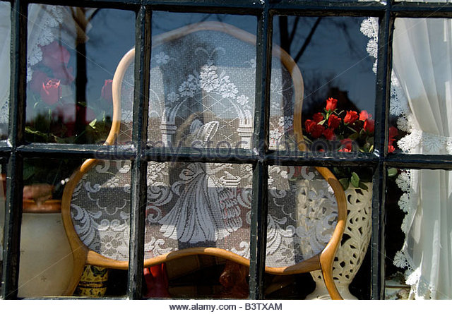 Europe, The Netherlands (aka Holland). Medieval cheese producing town of Edam. Window detail with typical lace display. - Stock Image