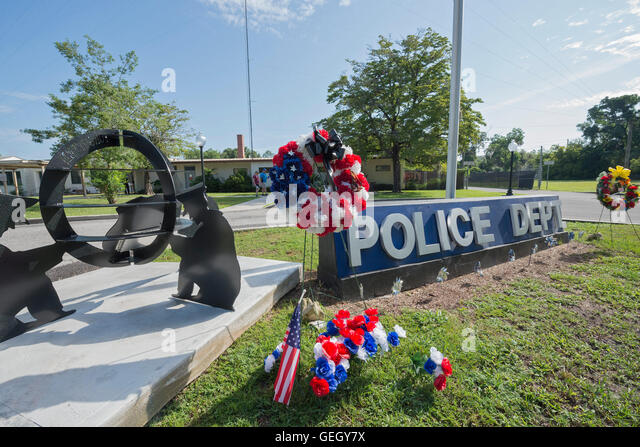 High Springs, Florida police station with floral displays of support and sympathy for fallen police officers. - Stock Image