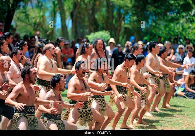 Kapa Haka group performs a Maori haka dance at the Waitangi Treaty Grounds during Waitangi Day celebrations - Stock-Bilder