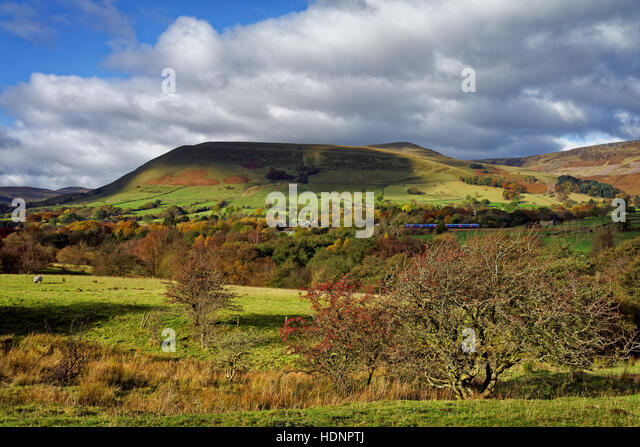 UK,Derbyshire,Peak District,Edale,Trans Pennine Express Train in the Hope Valley, with Grindsbrook Knoll and Kinder - Stock Image