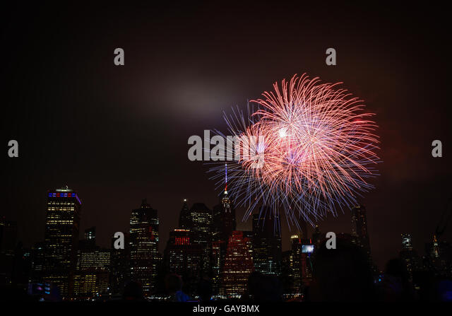Brooklyn, United States. 04th July, 2016. The annual Macy's Fourth of July Fireworks celebrates its 40th year - Stock-Bilder