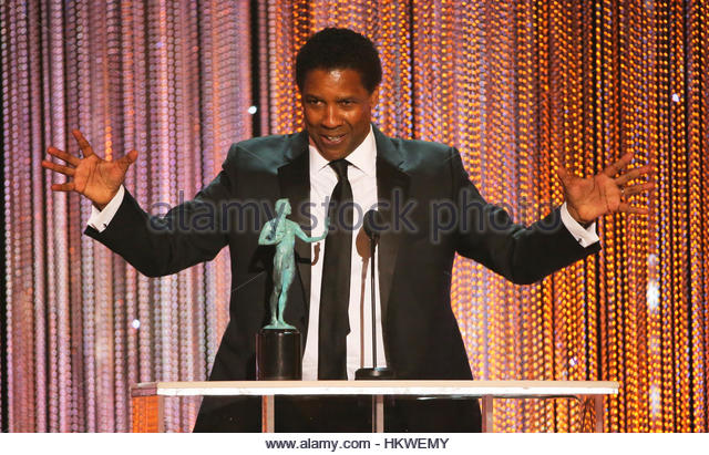 Denzel Washington accepts his award for Male Actor in a Leading Role during the 23rd Screen Actors Guild Awards - Stock-Bilder