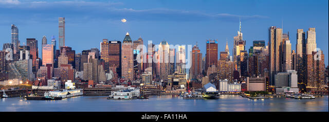 Midtown West Manhattan skyscrapers & the Hudson River. Panoramic view in early evening with moonrise and New - Stock-Bilder