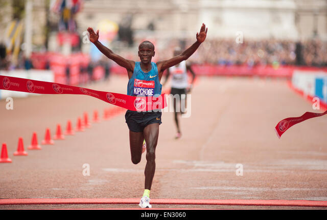 Eliud Kipchoge of Kenya wins the Virgin Money London Marathon 2015 in 02:04:42 with Wilson Kipsang of Kenya second - Stock-Bilder