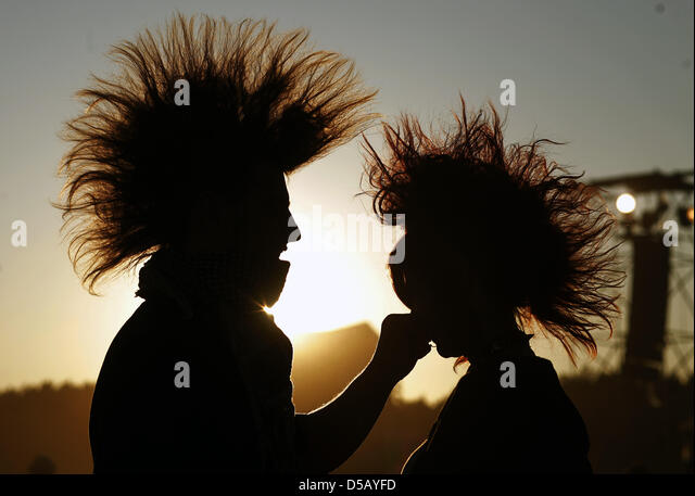 (dpa file)Afile picture dated 31 July 2009 of a couple in the backlight during Woodstock Festival in - Stock Image