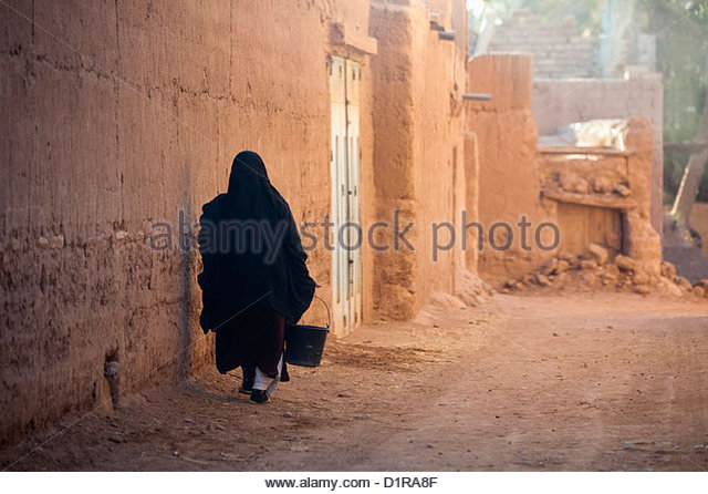 Morocco, near Agdz, Woman in street. - Stock-Bilder
