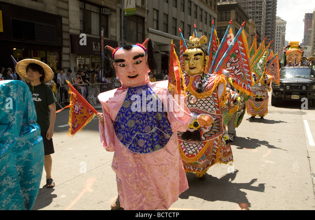 2009 International Immigrants Parade NYC Costumed dancers representing Thialand march up 6th Avenue - Stock-Bilder