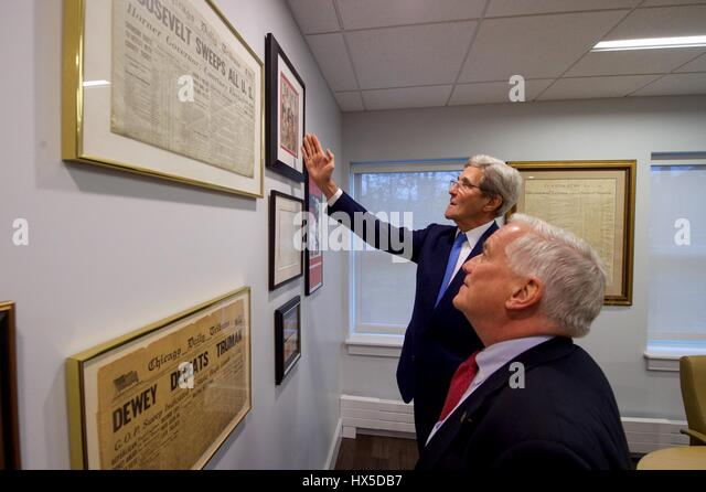 US Secretary of State John Kerry, joined by Aspen Institute President Walter Isaacson, looks at political memorabilia - Stock Image