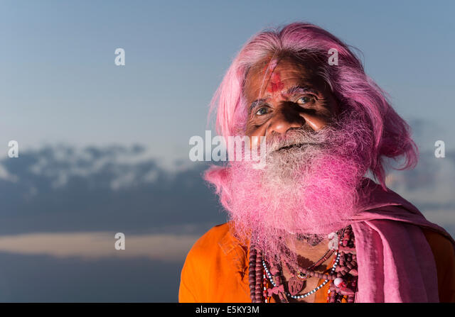 Portrait of an old man with a pink beard at the Holi festival, Vrindavan, Uttar Pradesh, India - Stock Image