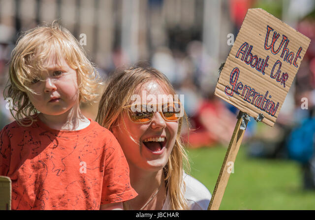 London, UK. 10th June, 2017. Malachi, 2 and a half with his mum Mary Lewis Whitehead - A day after the election - Stock-Bilder