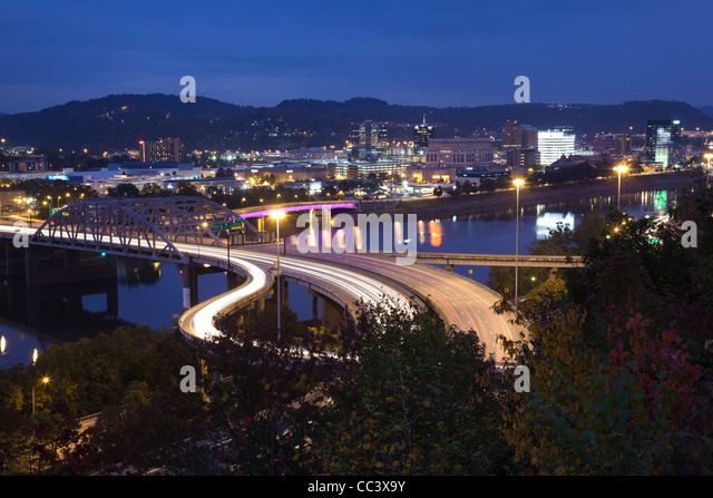 USA, West Virginia, Charleston, city and I-64 bridge, evening - Stock-Bilder