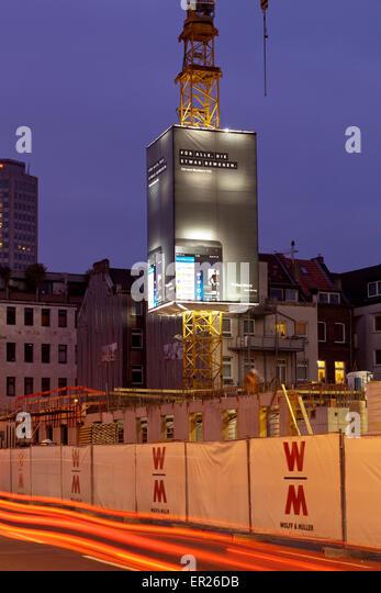 Europa, Deutschland, Nordrhein-Westfalen, Koeln, Baustelle, Kran der Firma Wolff & Mueller mit Werbeplakaten. - Stock Image