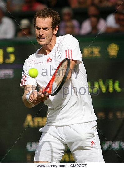28/06/2012 - Wimbledon (Day 4) - Ivo KARLOVIC (CRO) vs. Andy MURRAY (GBR) - Andy Murray hits a backhand - Photo: - Stock-Bilder