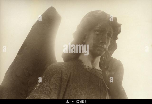 angel statue in graveyard - Stock Image