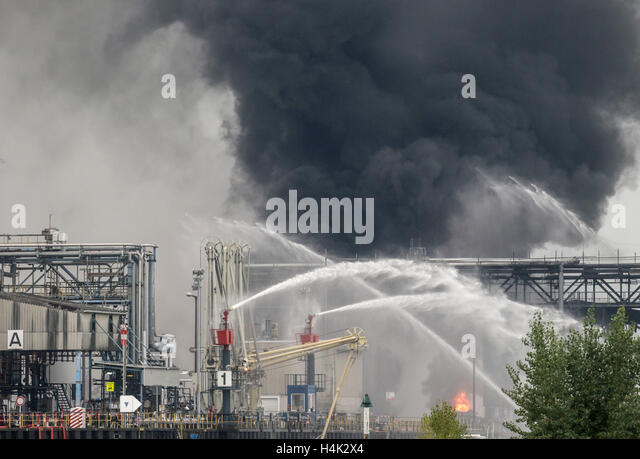 Ludwigshafen, Germany. 17th Oct, 2016. Heavy snmoke and flames rise over the premises of the chemical company BASF - Stock-Bilder