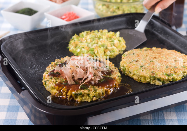 Okonomiyaki on Hot Plate - Stock-Bilder