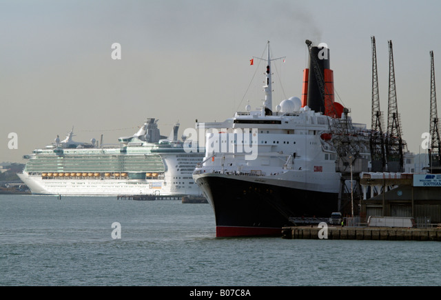 QE2 and Independence of the Seas Old and new Cruise ships Southampton - Stock-Bilder