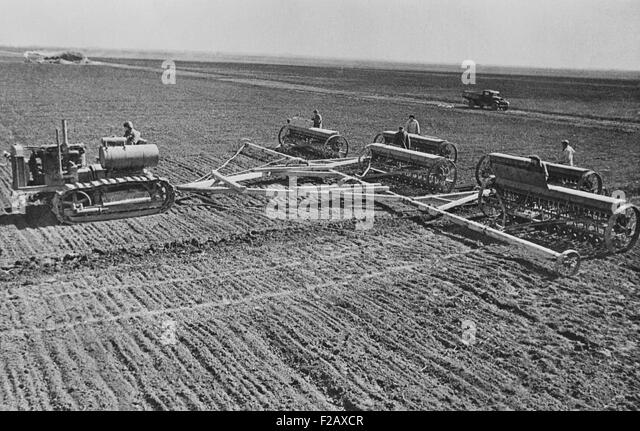 Sowing on a Communist collective farm on the steppes of the Ukraine, USSR. Ca. 1935-40. (BSLOC_2015_2_256) - Stock-Bilder