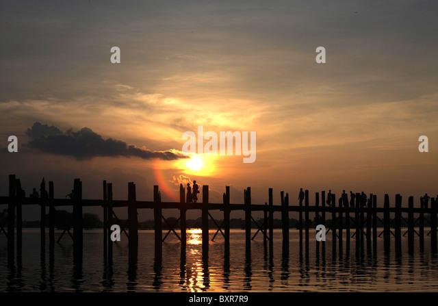 Monks crossing the U Bein teak bridge, which spans Taugthaman Lake in Amarapura near Mandalay in Myanmar (Burma) - Stock-Bilder