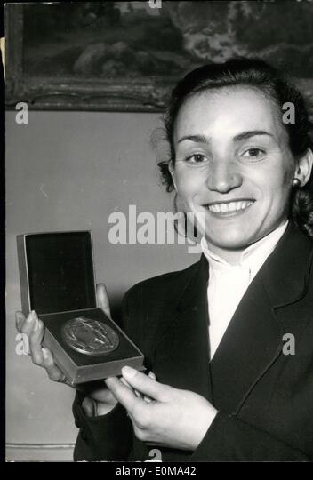 Mar. 09, 1954 - SKI Champion Rewarded: Lucienne Schmidt-Couttet, winner of this Giant Shalom in the World SKI Championship - Stock Image