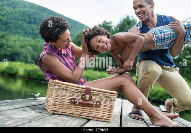 A family having a summer picnic at a lake. - Stock-Bilder