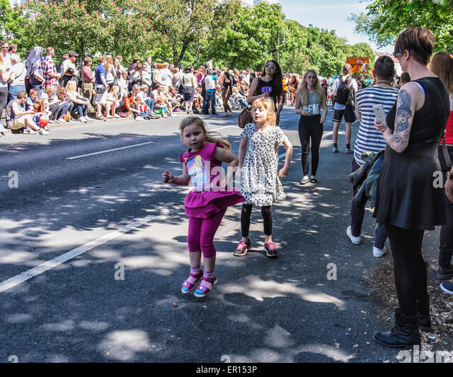 Kreuzberg, Berlin, Germany, 24th May 2015. Young girls dancing in the street as the parade approaches. Berlin celebrates - Stock-Bilder