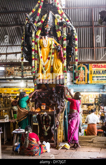 Locals worship the goddess Kali in the Meenakshi Amman Temple, Madurai, India - Stock Image