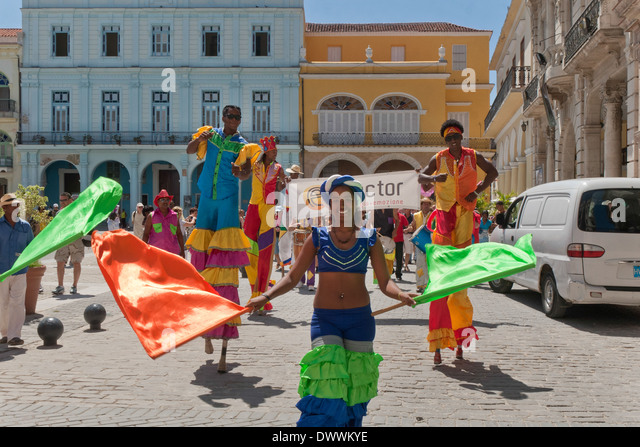 Street Artists on stilts in Plaza Vieja, Habana Vieja, Havana, Cuba - Stock Image