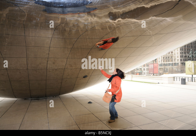 Girl inside the concave chamber of The Cloud Gate (aka 'the Bean'). Millennium Park. Chicago. Illinois. - Stock-Bilder