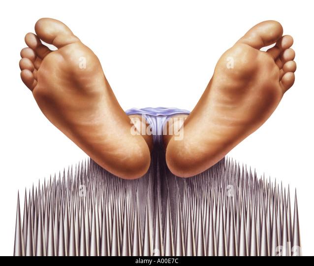 Fakir Nägel Bett mit Füßen Nahaufnahme Stockbild