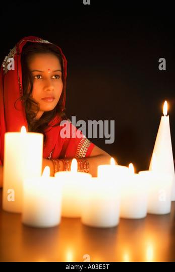 Frau bei Kerzenschein Stockbild