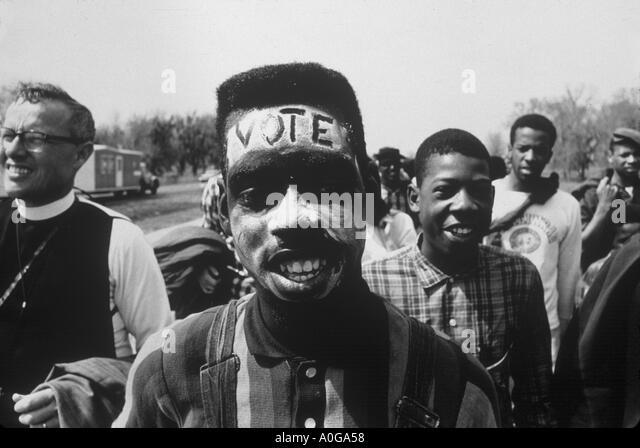 Selma, Alabama 1965 The Selma März Vote geschrieben über die Stirn eines jungen Mannes marschieren für Stockbild