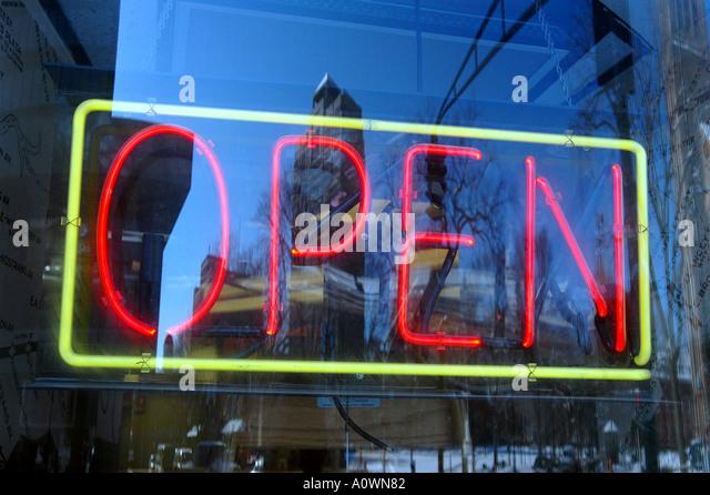 Offenen Zeichen New Haven Connecticut City Scenics Business Center Open für Business Business anmelden Fenster Stockbild