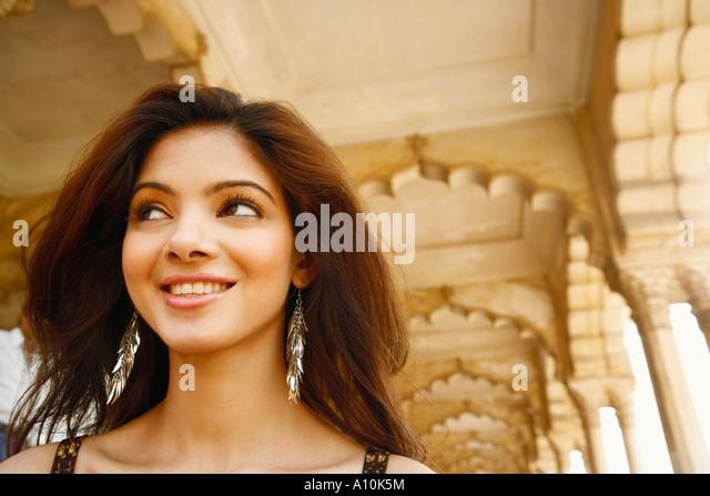 Nahaufnahme einer jungen Frau, Lächeln, Agra Fort, Agra, Uttar Pradesh, Indien Stockbild