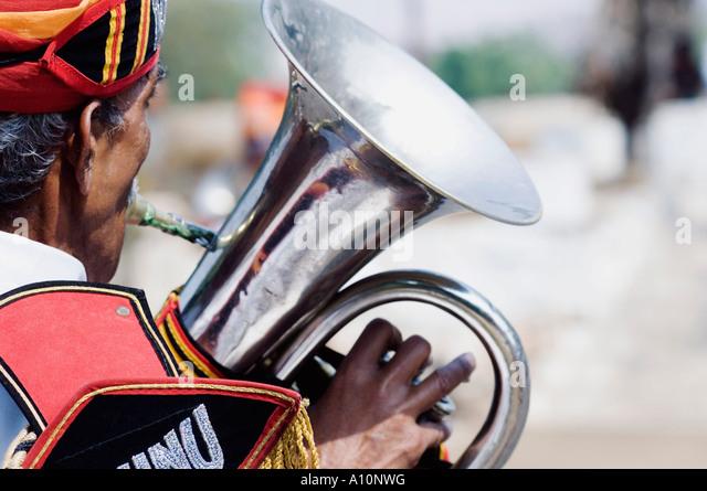 Rückansicht eines Mannes spielt die Tuba, Jaipur, Rajasthan, Indien Stockbild