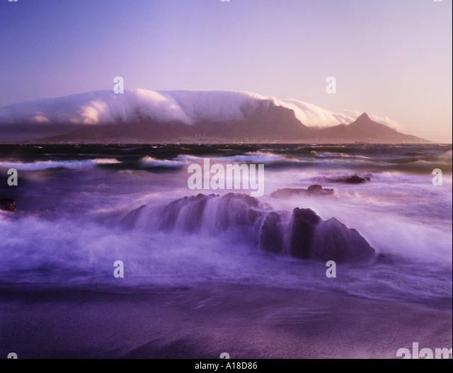 Tafelberg bei Sonnenuntergang abgedeckten Tisch Tuch Wolken Kapstadt Südafrika Stockbild