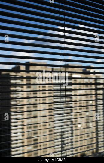 New Yorker Hochhaus durch Jalousien Stockbild