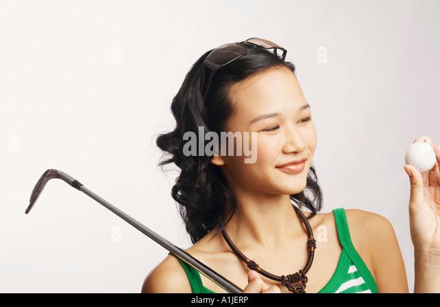 Nahaufnahme einer jungen Frau hält ein Golfclub und ein Golfball Stockbild