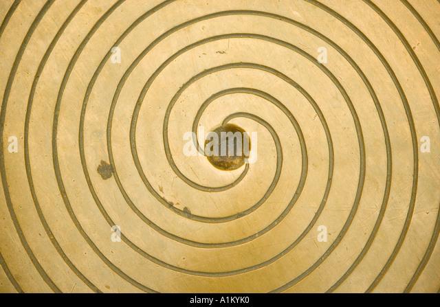 Kanaldeckel mit Spiralmuster Stockbild