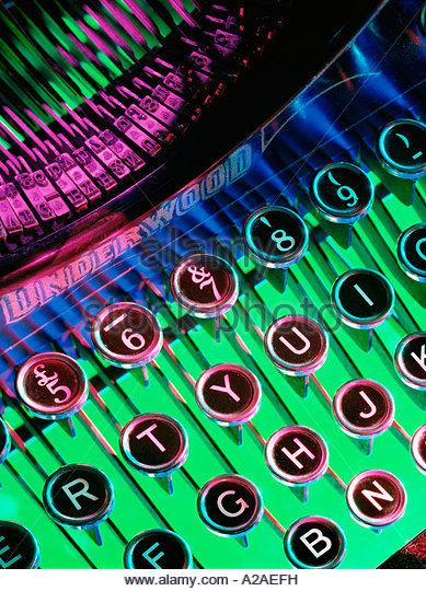 Nahaufnahme der Schlüssel auf einem altmodischen mechanischen Schreibmaschine, lebendige Farbe Hintergrund Stockbild