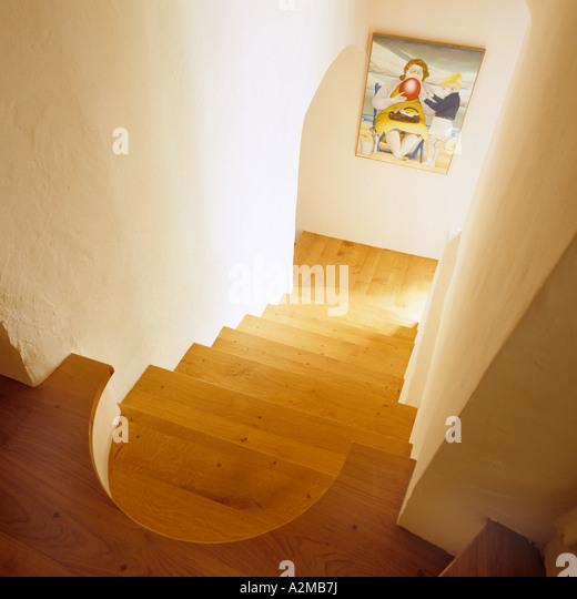 Erhöhten Blick auf Holztreppe und artwork Stockbild